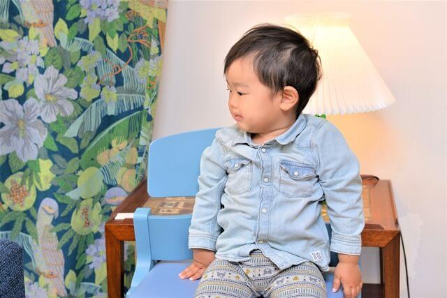 椅子に座る子ども