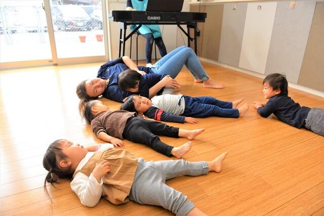 床に寝転ぶ子供たち
