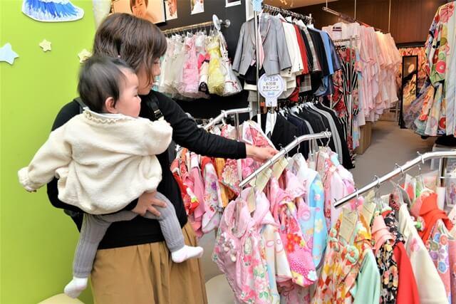 衣装選びをするママ