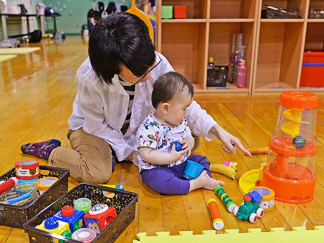 子育てサロンで遊ぶ親子
