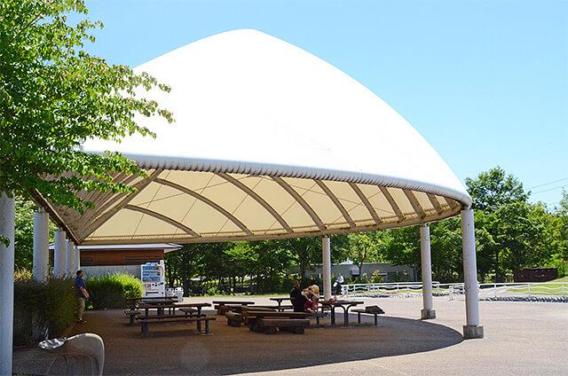 みずの広場近くにある屋根つきの休憩所
