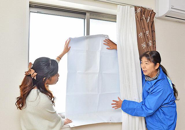 窓に遮熱シートを貼る