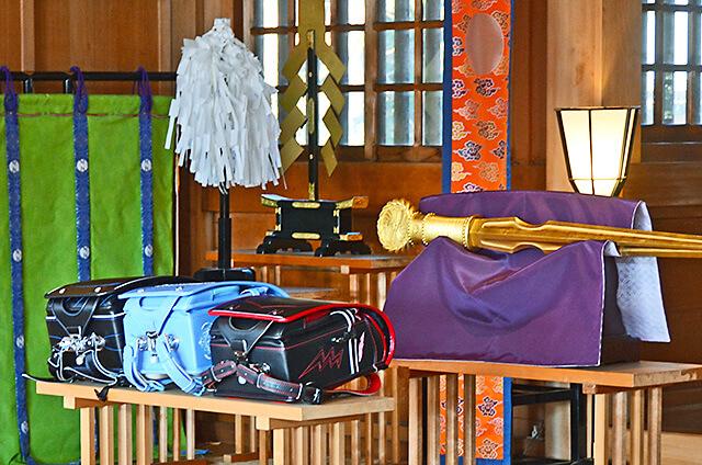 白鷺神社にて 神前に供えられたランドセル