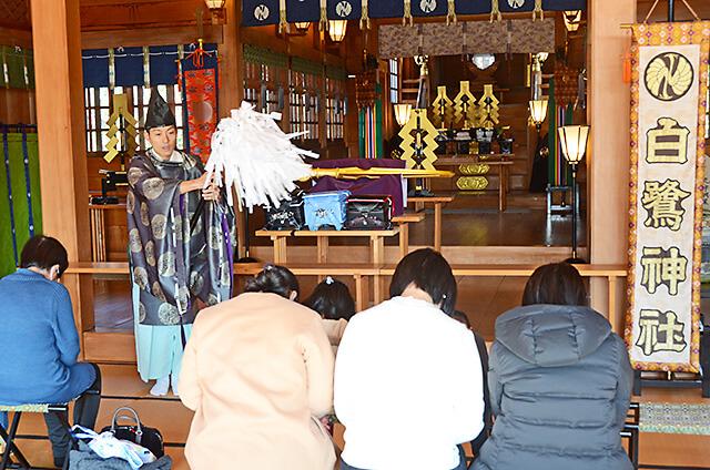 白鷺神社のね宜さんからお祓いを受ける