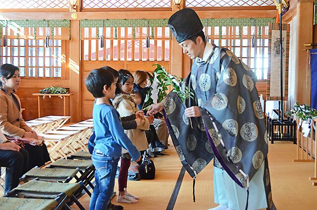 白鷺神社にて お子さんへね宜さんから玉串を手渡されている様子