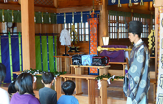 白鷺神社にて ね宜さんから子どもたちへのお言葉をいただいている様子