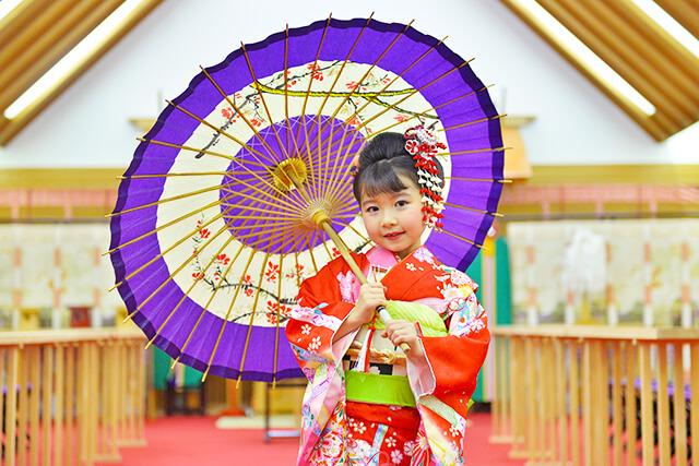 ベルヴィ宇都宮で七五三体験 着物を着た女の子が神殿で前撮り体験