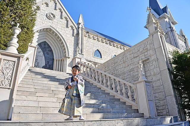 ベルヴィ宇都宮で七五三体験 袴姿の男の子がチャペル前で前撮り体験